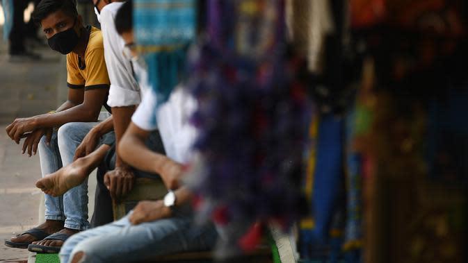 Pedagang menunggu pelanggan di pusat perbelanjaan di New Delhi (16/9/2020). Total kasus Covid-19 di India melampaui lima juta pada 16 September, data kementerian kesehatan menunjukkan Pandemi meluas cengkeramannya di negara tersebut. (AFP/Sajjad Hussan)