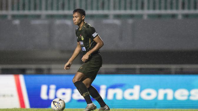 Bek Tira Persikabo, Andy Setyo, mengontrol bola saat melawan Persela Lamongan pada laga Liga 1 di Stadion Pakansari, Bogor, Senin (16/12). Kedua klub bermain imbang 1-1. (Bola.com/Vitalis Yogi Trisna)