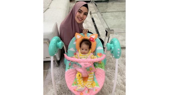 Ajak Bayinya Umrah, Ini 5 Momen Kartika Putri Asuh Buah Hati (sumber: Instagram.com/kartikaputriworld)