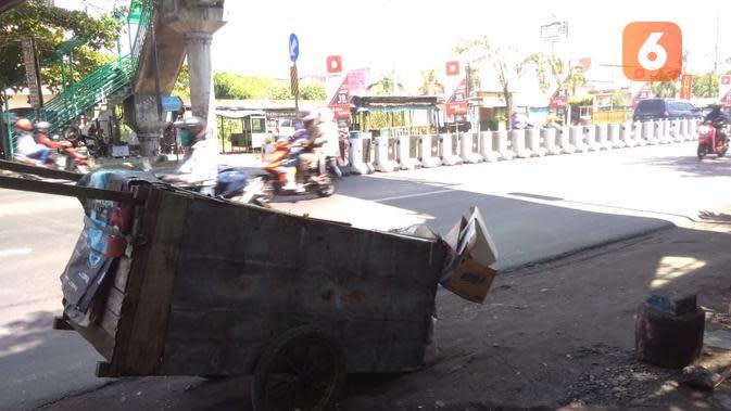 Mereka yang sungguh-sungguh menjadi manusia karung untuk bertahan hidup, selalu memiliki peralatan tambahan baik sepeda maupun gerobak. (foto: Liputan6.com/Edhie Prayitno Ige)