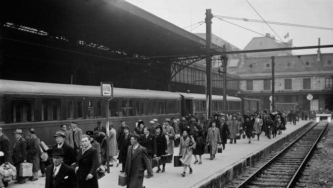 Penumpang berjalan di peron sebelum naik kereta utama, pada Oktober 1944 di stasiun Paris, beberapa bulan setelah Pembebasan Paris, selama Perang Dunia Kedua. (AFP Photo)