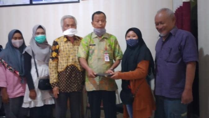 Alumni SMK Negeri 1 Cepu, Blora, mendatangi sekolah lantaran ijazahnya ditahan. (Foto: Liputan6.com/Ahmad Adirin)