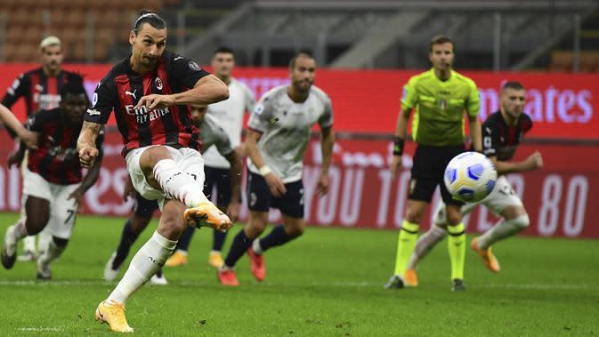 Penyerang AC Milan, Zlatan Ibrahimovic, saat melakukan tendangan penalti ke gawang Bologna pada laga Liga Italia di Stadion San Siro, Selasa (22/9/2020) dini hari WIB. AC Milan menang 2-0 atas Bologna. (AFP/Miguel Medina)