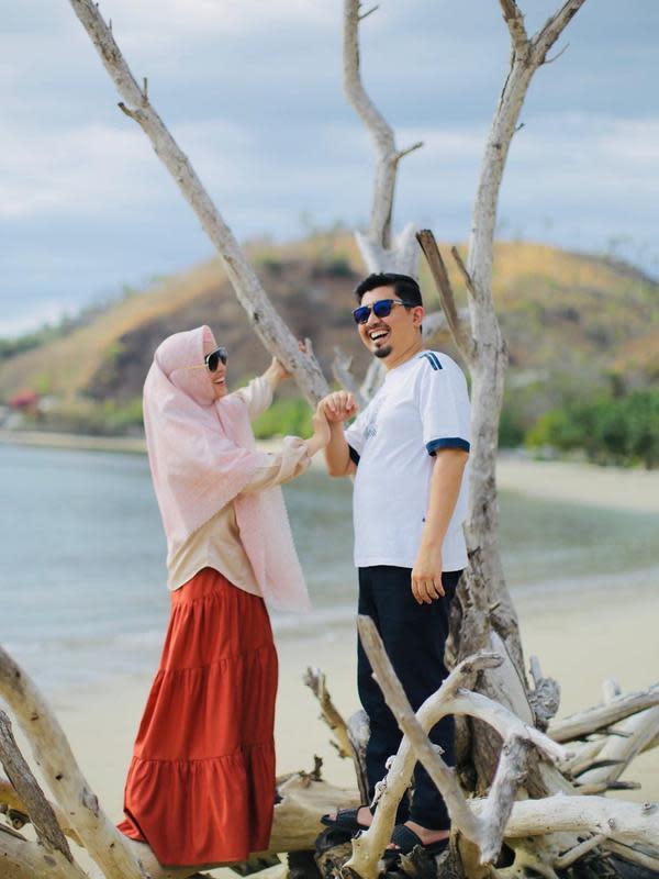 Bintang sinetron April Jasmine resmi menikah dengan ustaz Solmed pada 11 November 2011. April dan Solmed di pertemukan dalam satu sinetron yang sama. Saat itu, April juga belum mengenakan hijab dan sering diceramain pria yang kini jadi suaminya tersebut. (Instagram/apriljasmine85)