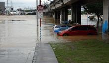 梵高颱風襲菲 車輛被淹沒 (圖)