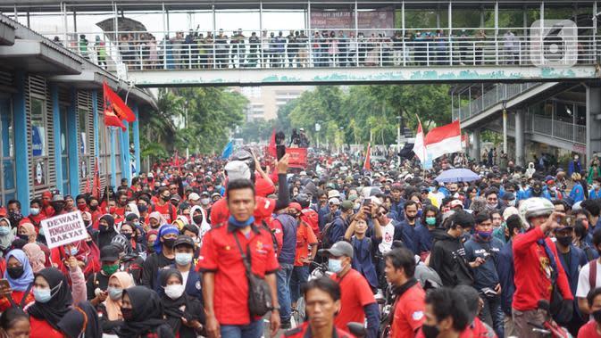 Suasana Jalan Salemba Raya yang dipadati pengunjuk rasa di Jakarta, Kamis (8/10/2020). Banyaknya jumlah pengunjuk rasa yang berjalan menuju Istana Negara menyebabkan Jalan Salemba Raya dari arah Matraman tertutup dan tidak bisa dilalui kendaraan. (Liputan6.com/Immanuel Antonius)