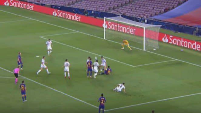 Megabintang Barcelona, Lionel Messi, cetak gol usai dikepung 5 pemain Napoli