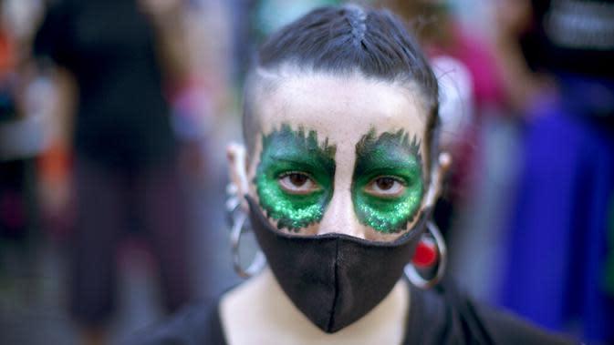 Seorang aktivis hak-hak aborsi mengikuti pawai Hari Dekriminalisasi Aborsi di Amerika Latin dan Karibia di depan Kongres Nasional, Buenos Aires, Argentina, Senin (28/9/2020). (AP Photo/Victor R. Caivano)