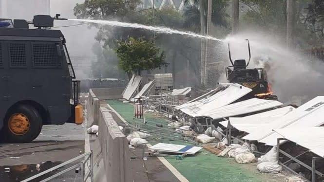 2 Ekskavator di Thamrin Juga Dibakar Massa Demo Omnibus Law