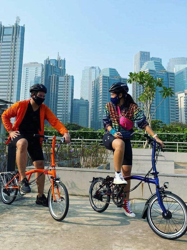 Awal mula bersepeda, Dian mengaku meminjam sepeda miliki mertuanya. Kala itu, ia mengunggah fotonya bersama Ryano Gilvy. Mereka tetap mematuhi protokol kesehatan dengan menggunakan masker. (Instagram/therealdisastr)