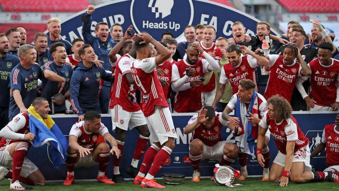Arsenal Juara Piala FA, Aubameyang Menjatuhkan Trofi Saat Hendak Berselebrasi