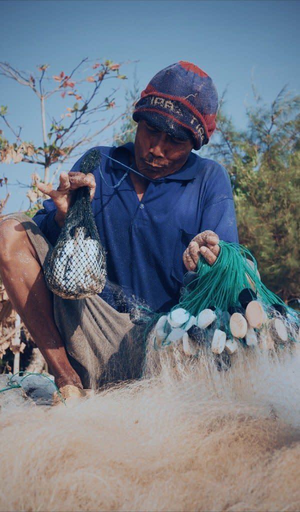 Seorang nelayan memamerkan hasil tangkapannya - foto : www.instagram.com/thisiswulanjarii