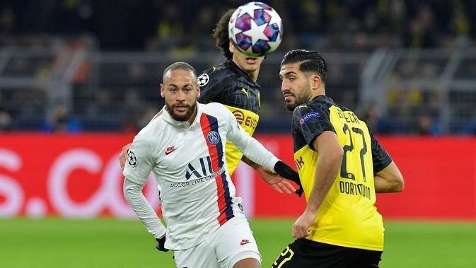 Striker Paris Saint-Germain, Neymar, berebut bola dengan pemain Borussia Dortmund pada leg pertama 16 besar Liga Champions di Signal Iduna Park, Dortmund, Rabu (19/2) dini hari WIB. Dortmund menang 2-1 atas PSG. (AFP/Tobias Schwarz)