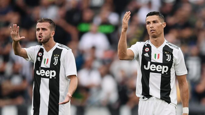 Miralem Pjanic (kiri) meyakini dampak positif yang diberikan Cristiano Ronaldo untuk Juventus. (Marco BERTORELLO / AFP)