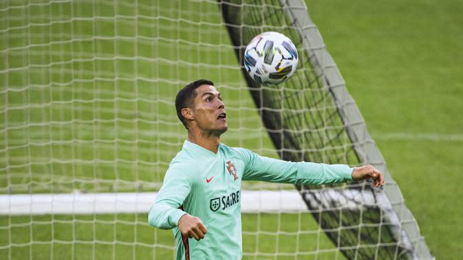 Pemain Portugal, Cristiano Ronaldo, saat menjalani sesi latihan jelang berlaga di UEFA Nations League 2020 di Friends Arena, Swedia, Selasa (8/9/2020). Portugal akan berhadapan dengan Swedia. (AFP/Jonathan Nackstrand)