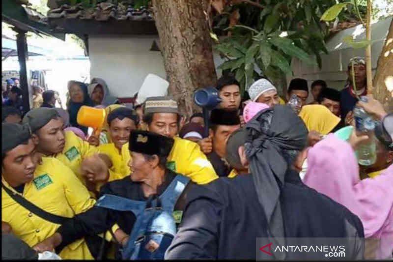 Warga Cirebon berebut air bekas cucian gong sekati