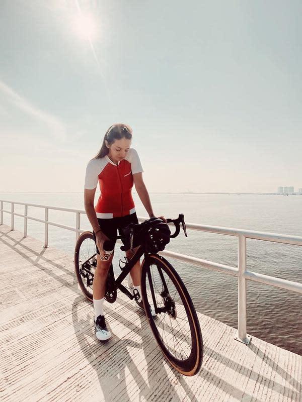 Perempuan 28 tahun ini kerap bersepeda di tempat-tempat dengan pemandangan indah. Selain bisa menjaga kebugaran tubuh, bersepeda bagi Enzy bisa juga sekaligus untuk berjalan-jalan santai melepas penat. (Liputan6.com/IG/@enzystoria)