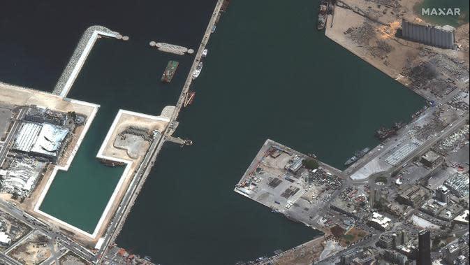 Citra satelit yang disediakan oleh Maxar Technologies ini menunjukkan pelabuhan Beirut dan daerah sekitarnya di Lebanon pada Rabu, 5 Agustus 2020, sehari setelah ledakan besar yang membuat seluruh blok kota diselimuti kaca dan puing-puing. (© 2020 Maxar Technologies via AP)