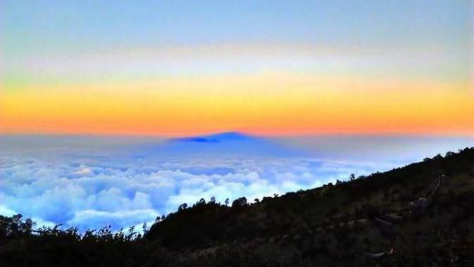 Gunung Lawu dikenal angker dan kental nuansa mistis. Ini sejumlah pantangan dan kisah bikin merinding seputar dataran tinggi itu.