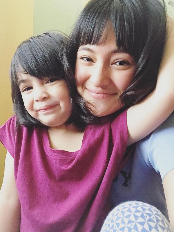 Marshanda dan Sienna kompak tersenyum. Selain itu, ibu dan anak yang kerap dibilang warganet semperti kakak beradik ini juga kompak dalam potongan rambutnya. (Instagram/marshanda99)