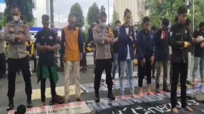 Potret Polisi dan Pendemo Omnibus Law di Kalsel Salat Berjamaah