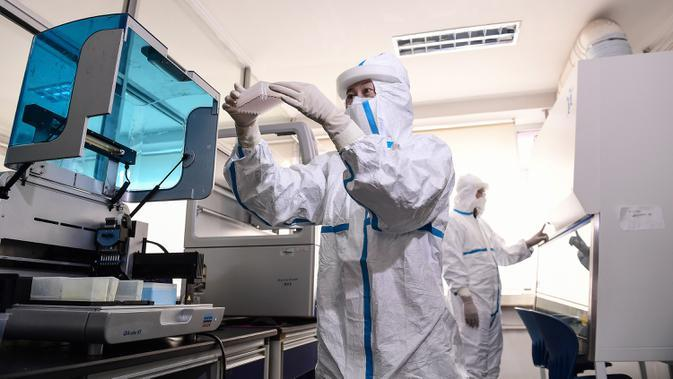 Petugas laboratorium melakukan pengujian sampel dari orang yang akan diuji untuk virus corona COVID-19 di sebuah laboratorium di Shenyang, provinsi Liaoning timur laut China, Rabu (12/2/2020). WHO kini tidak lagi menyebut virus yang merebak di China sebagai Virus Corona Baru. (STR/AFP)