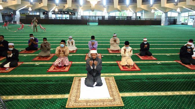 Jemaah melaksanakan salat Jumat jelang Idul Fitri di Masjid Negara Malaysia, Penang, Malaysia, Jumat (22/5/2020). Jaga jarak aman diterapkan selama ibadah di tengah kekhawatiran akan penyebaran virus corona COVID-19. (GOH Chai Hin/AFP)
