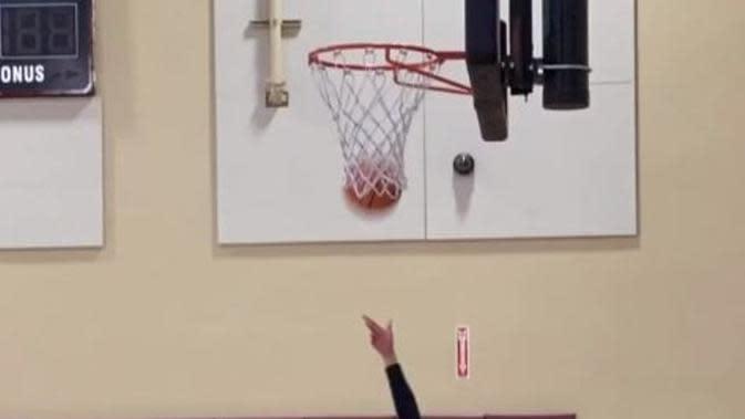 Putri Kobe Bryant, Gianna, bermain basket dengan high heels. (dok.Instagram @officialbck/https://www.instagram.com/p/B6QupeJA4ns/?utm_source=ig_embed/Henry)