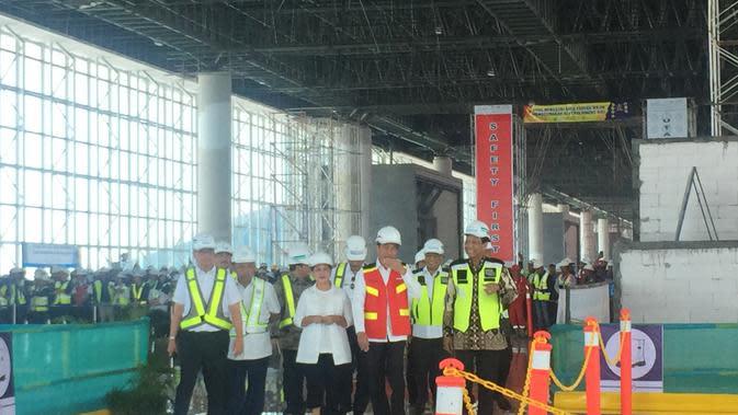 Presiden Jokowi meninjau progres pembangunan bandara Internasional Yogyakarta di Kulon Progo. (Liputan6.com/Lizsa Egeham)