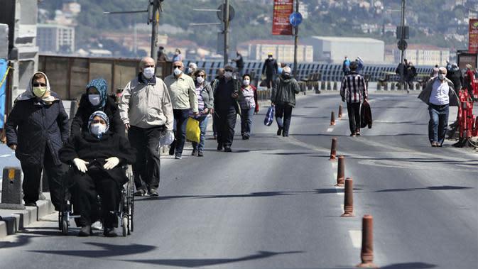 Para lansia jalan-jalan di Istanbul, Turki, Minggu (10/5/2020). Ini merupakan kali pertama para lansia keluar rumah dalam tujuh pekan terakhir setelah Turki menerapkan lockdown untuk mencegah penyebaran virus corona COVID-19. (Xinhua/Osman Orsal)