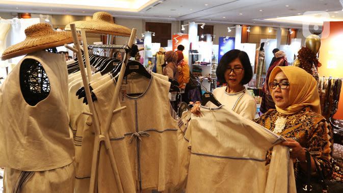 Pengunjung melihat pakaian yang dipamerkan dalam acara UMKM Export BRILian Preneur 2019 di Jakarta Convention Center, Jakarta, Jumat (20/12/2019). UMKM Export BRILian Preneur 2019 menampilkan aneka produk dari 150 UMKM binaan Bank BRI dan Rumah Kreatif BUMN (RKB). (Liputan6.com/Johan Tallo)