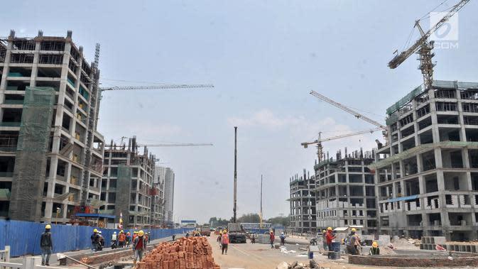 Pekerja menyelesaikan proyek pembangunan Apartemen Meikarta di Cikarang, Bekasi, Jawa Barat, Kamis (18/10). Pengerjaan proyek Meikarta tetap berjalan meski KPK menetapkan adanya suap perizinan lahan seluas 774 hektare tersebut. (Merdeka.com/Iqbal Nugroho)