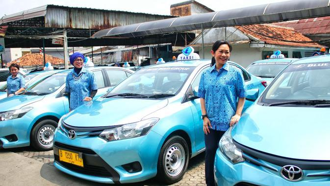 Menyambut Hari Kartini 2018, para bos taksi perempuan turun gunung menjadi pengemudi taksi untuk penumpang. (Liputan6.com/pool/Blue Bird)