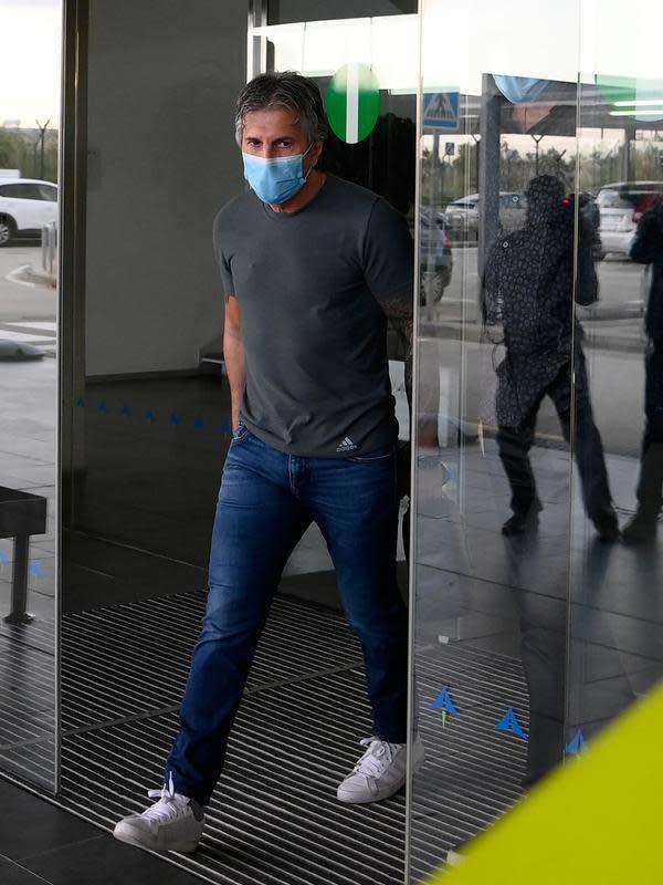 Ayah dan agen Lionel Messi, Jorge Messi, tiba di bandara Barcelona pada Rabu (2/9/2020). Menggunakan jet pribadi, Jorge Messi akan menemui presiden klub Barcelona Josep Maria Bartomeu untuk membahas konflik kontrak Lionel Messi. (Photo by LLUIS GENE / AFP)