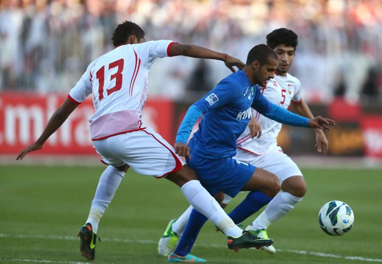 Bader al-Motawaa (C) of Kuwait vies for the ball against Khamis Ismail (L) and Amer Abdelrahman (R) of the United Arab Emirates during the two teams' semi final match in the 21st Gulf Cup in Manama, on January 15, 2013. AFP PHOTO/MARWAN NAAMANI