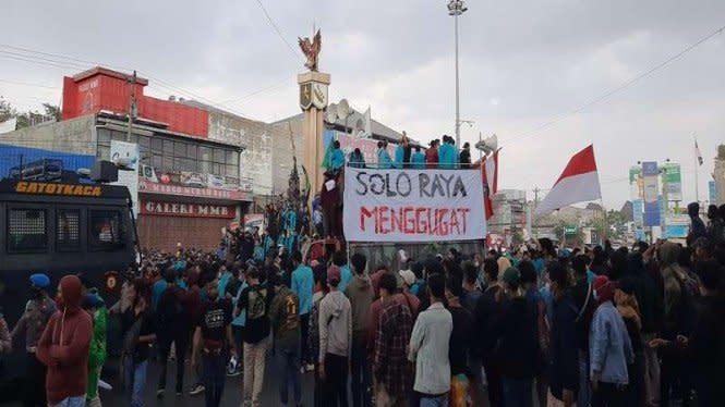 Demo Mahasiswa Tolak Omnibus Law Lumpuhkan Jalur Solo-Yogya