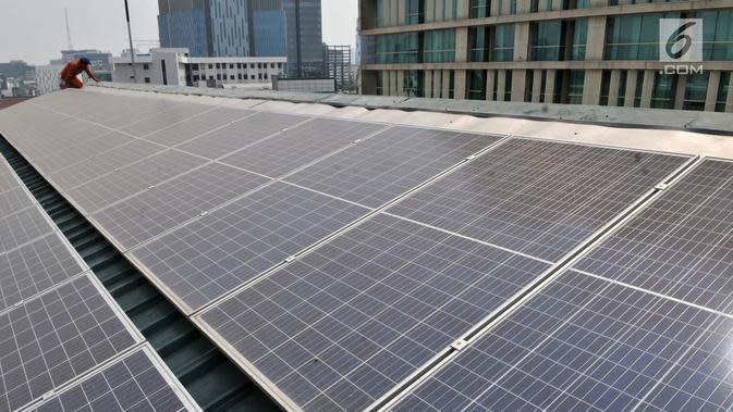 Teknisi melakukan perawatan panel pembangkit listrik tenaga surya (PLTS) di atap Gedung Pusat Dakwah Muhammadiyah, Jakarta, Selasa (6/8/2019). PLTS atap yang dibangun sejak 8 bulan lalu ini mampu menampung daya hingga 20.000 watt. (merdeka.com/Iqbal S. Nugroho)