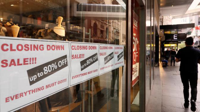 Tanda-tanda di jendela toko mengiklankan bahwa mereka akan tutup di Sydney pada Rabu (2/9/2020). Australia memasuki resesi pertama mereka sejak 1991 setelah perekonomian menyusut 7,0 persen pada kuarter kedua saat negara itu berjuang menghadapi pandemi COVID-19. (AP Photo/Rick Rycroft)