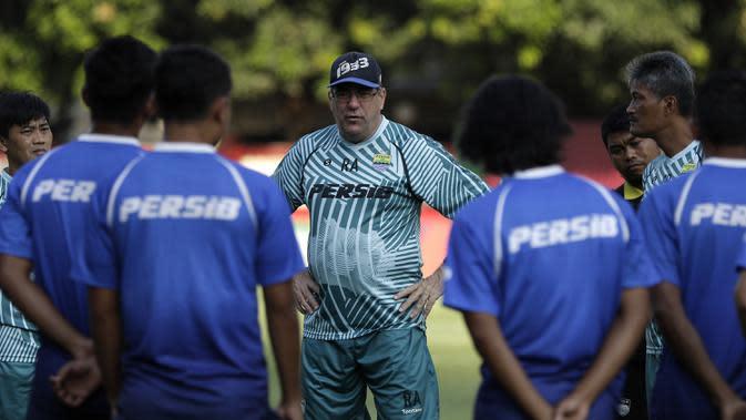 Pelatih Persib Bandung, Robert Alberts, memberikan arahan kepada pemainnya saat latihan di Stadion PTIK, Jakarta, Selasa (22/10). Hadapi Bhayangkara, Persib jajal lapangan PTIK. (Bola.com/Yoppy Renato)