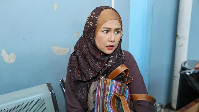Ria Irawan ketika diwawancara awak media. (Adrian Putra/Bintang.com)