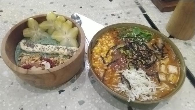 Burgreens Signature Bowl dan Vegan Ramen, dua menu di Restoran Vegetarian di Burgreens. (Liputan6.com/Henry)
