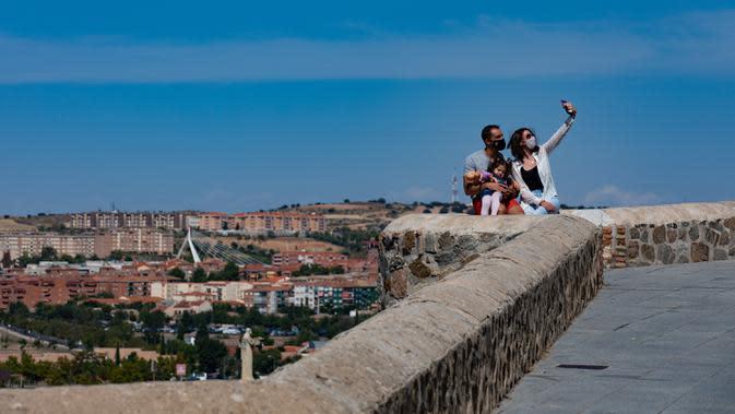 Para turis berswafoto di kota tua Toledo, Spanyol, pada 22 September 2020. Pariwisata di Toledo terdampak keras oleh pandemi COVID-19. (Xinhua/Meng Dingbo)