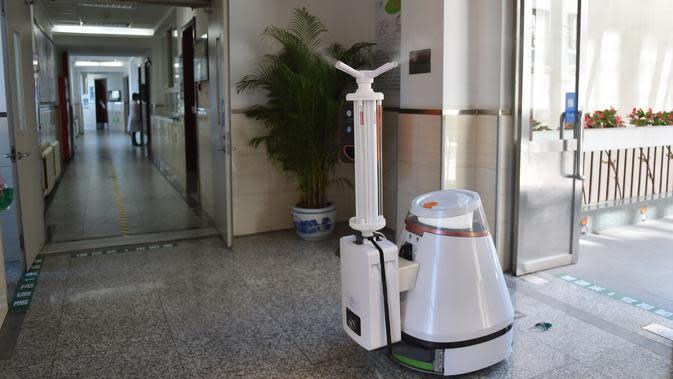 Sebuah robot disinfektan beroperasi di gedung Sekolah Menengah No. 166 di Beijing, ibu kota China, (11/5/2020). Beijing pada Senin (11/5) memulai kembali kegiatan belajar di kelas untuk siswa tingkat akhir di seluruh sekolah menengah pertama seiring meredanya dampak Covid-19. (Xinhua/Peng Ziyang)