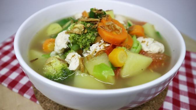 Sop Ayam (Sumber Foto: Youtube Channel Tam Tam Kitchen's Diaries)