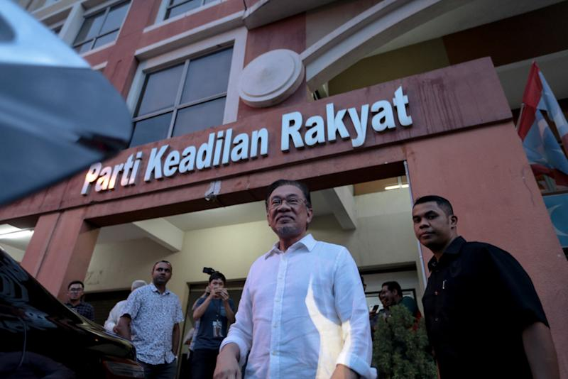Anwar said he disagreed with Farhash over the latter's call for Azmin to quit his posts if found guilty over the sex video scandal. — Picture by Ahmad Zamzahuri
