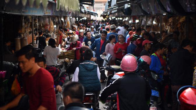 Suasana pasar yang menjual makanan laut kering di Kota Haikou, Provinsi Hainan, China, Rabu (15/1/2020). Warga Haikou akhir-akhir ini sibuk berbelanja untuk menyambut Tahun Baru Imlek 2020. (Xinhua/Guo Cheng)