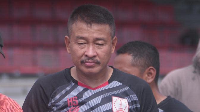 Pelatih kiper Persis Solo, Hermansyah dalam sesi latihan di Stadion Sriwedari, Selasa (7/1/2020). (Bola.com/Vincentius Atmaja)