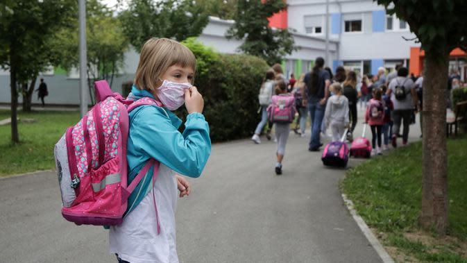 Seorang anak perempuan berjalan menuju sekolah pada hari pertama tahun ajaran baru di Sibenik, Kroasia, 7 September 2020. Meskipun saat ini epidemi kembali meningkat, pemerintah Kroasia telah menginstruksikan seluruh sekolah untuk kembali buka pada 7 September 2020. (Xinhua/Pixsell/Emica Elvedji)