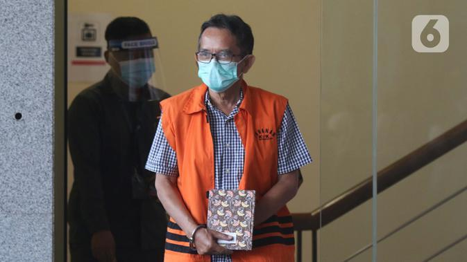 Mantan Direktur Utama PTDI, Budi Santoso (kanan) dikawal petugas jelang meninggalkan Gedung KPK Jakarta, Senin (7/9/2020). KPK memperpanjang masa penahanan Direktur Utama PTDI, Budi Santoso. (Liputan6.com/Helmi Fithriansyah)