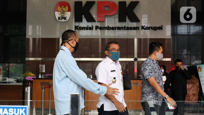 Bupati Blora, Djoko Nugroho (tengah) berjalan keluar dari gedung KPK usai menjalani pemeriksaan, Jakarta, Kamis (6/8/2020). Djoko diperiksa sebagai saksi dalam kasus dugaan suap terkait kegiatan penjualan dan pemasaran pada PT Dirgantara Indonesia Tahun 2007-2017. (Liputan6.com/Helmi Fithriansyah)